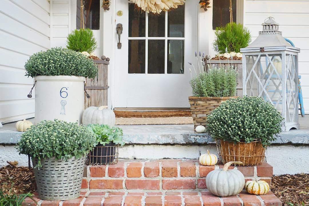 porche de flores de otoño blanco