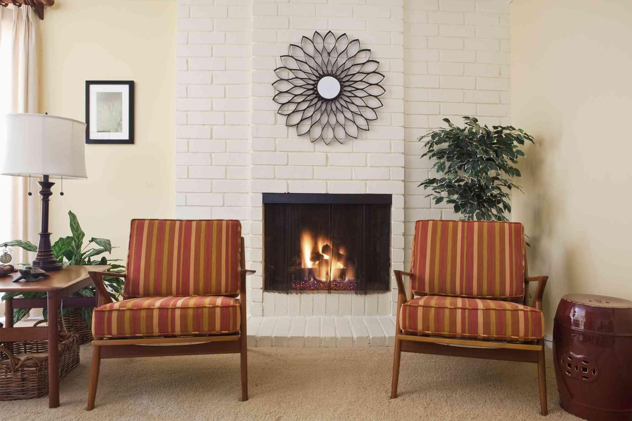 chimenea y sillones en la sala de estar