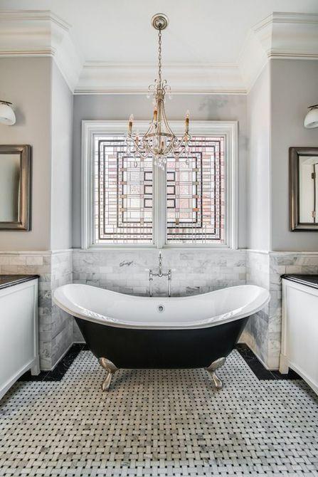 Baño lujoso en blanco y negro con vidriera