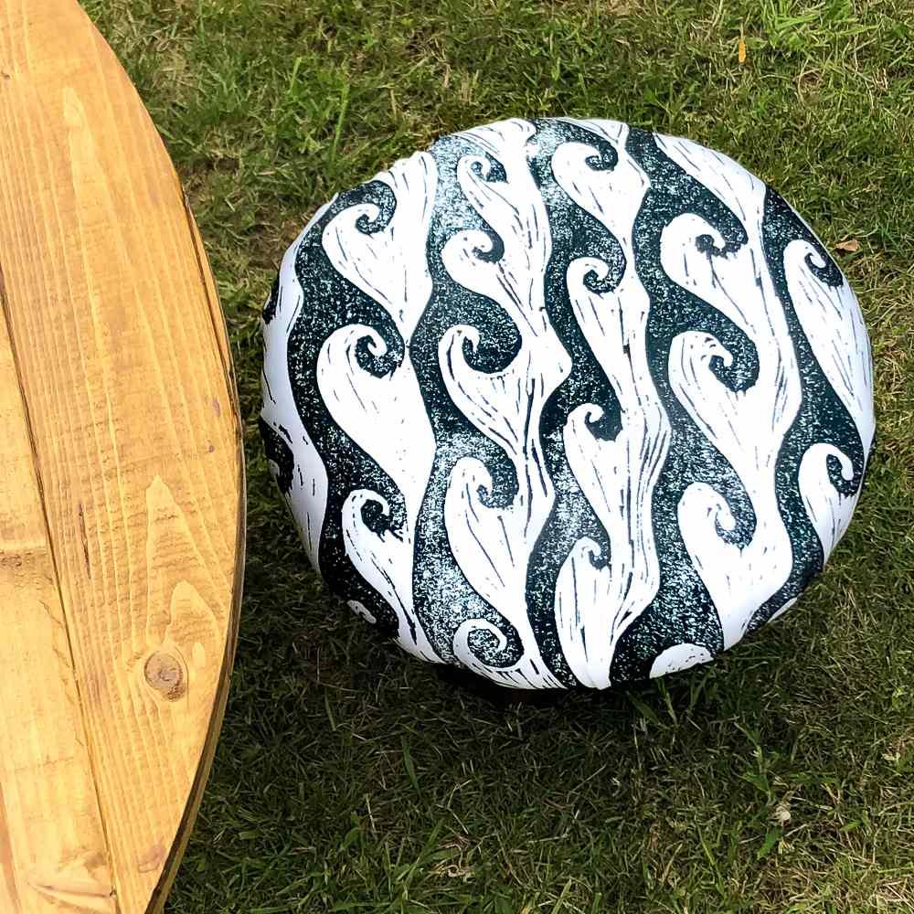 Un taburete cubierto con tela sentada en el césped
