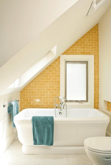 baños de ático de azulejos de metro amarillo