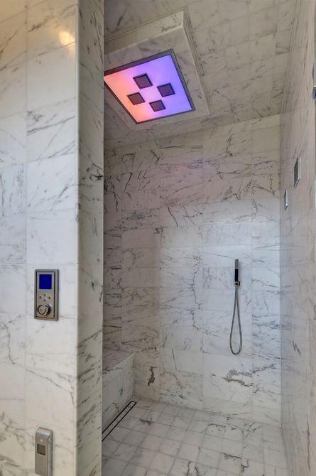 Un baño con una colorida lámpara eléctrica