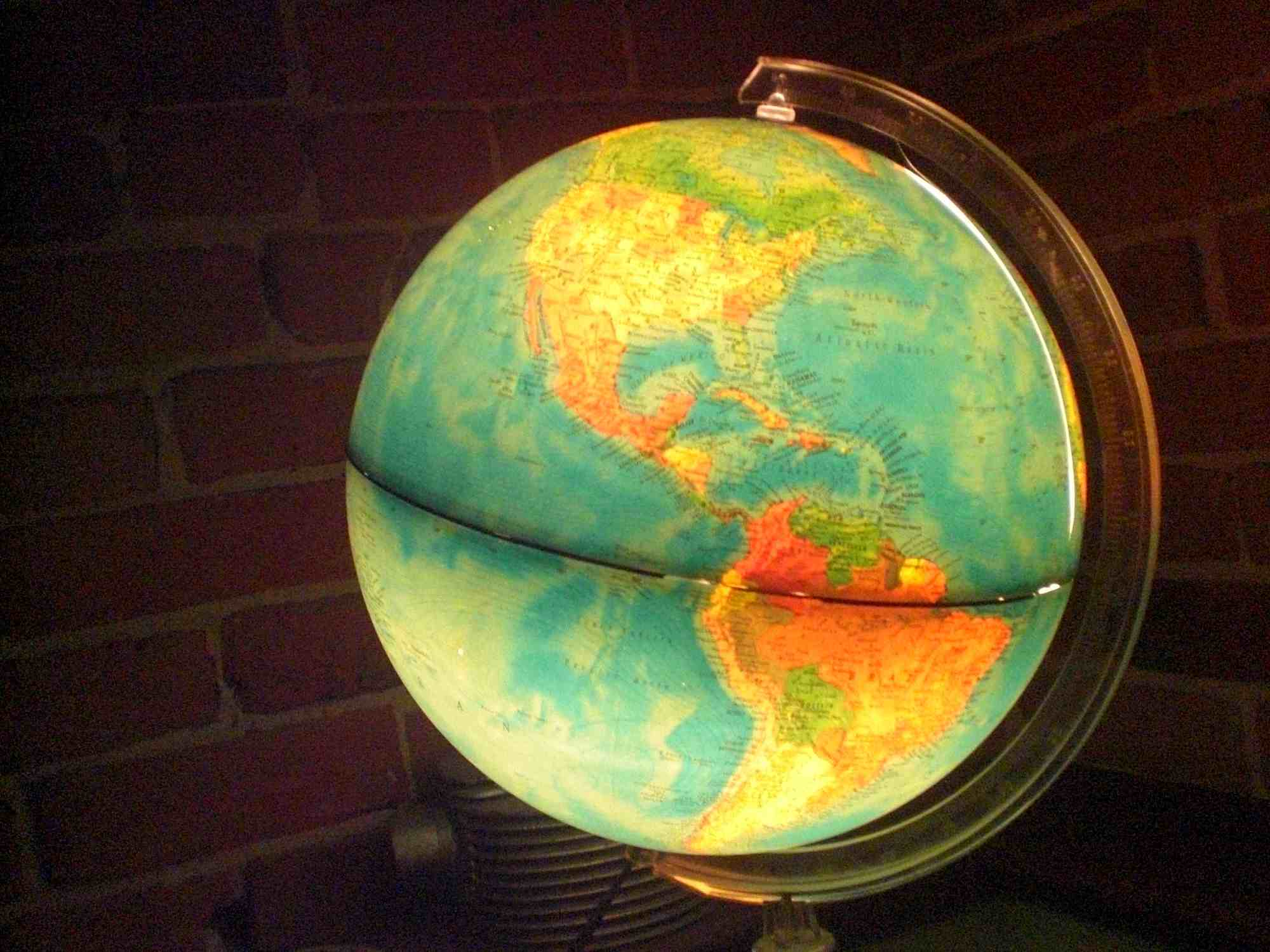 Globo viejo reutilizado como una lámpara de mesa