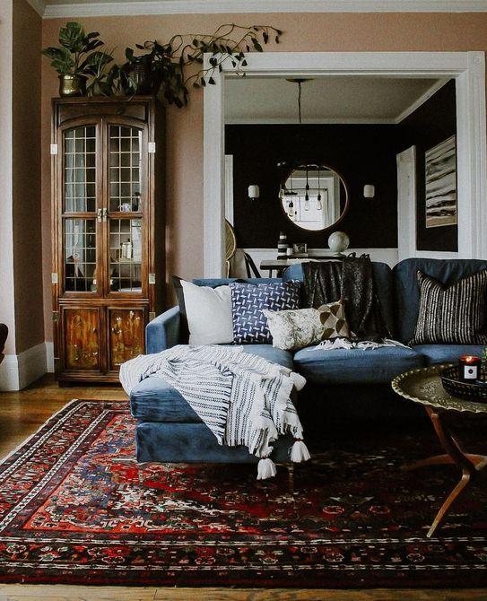 Habitación con textiles y almohadas
