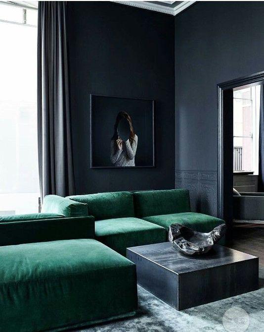 Sofá y cortinas verde menta con alfombra geométrica
