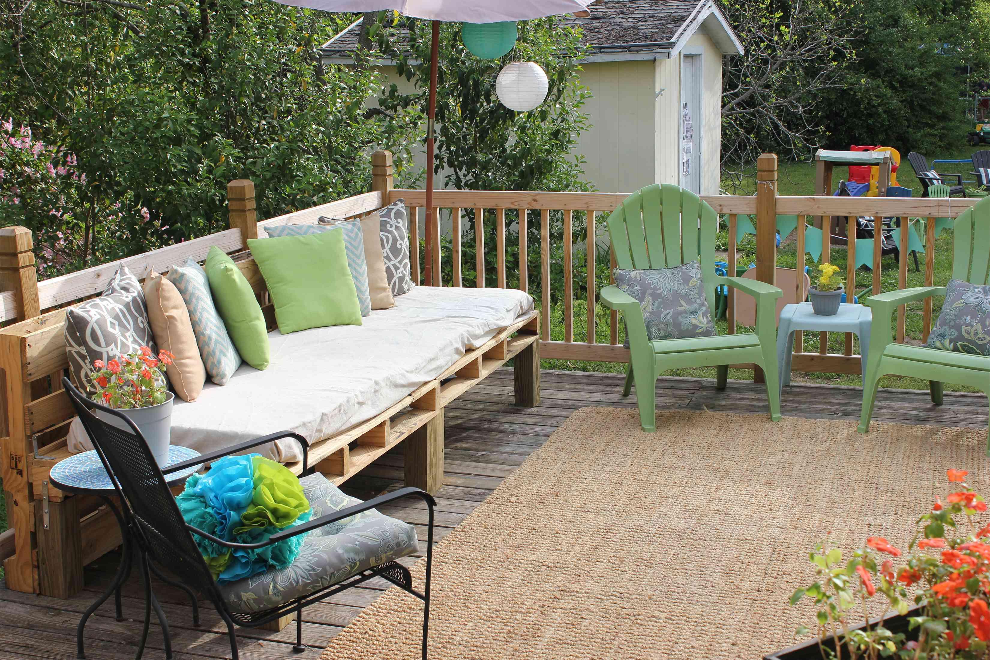 Una terraza con un sofá de paletas