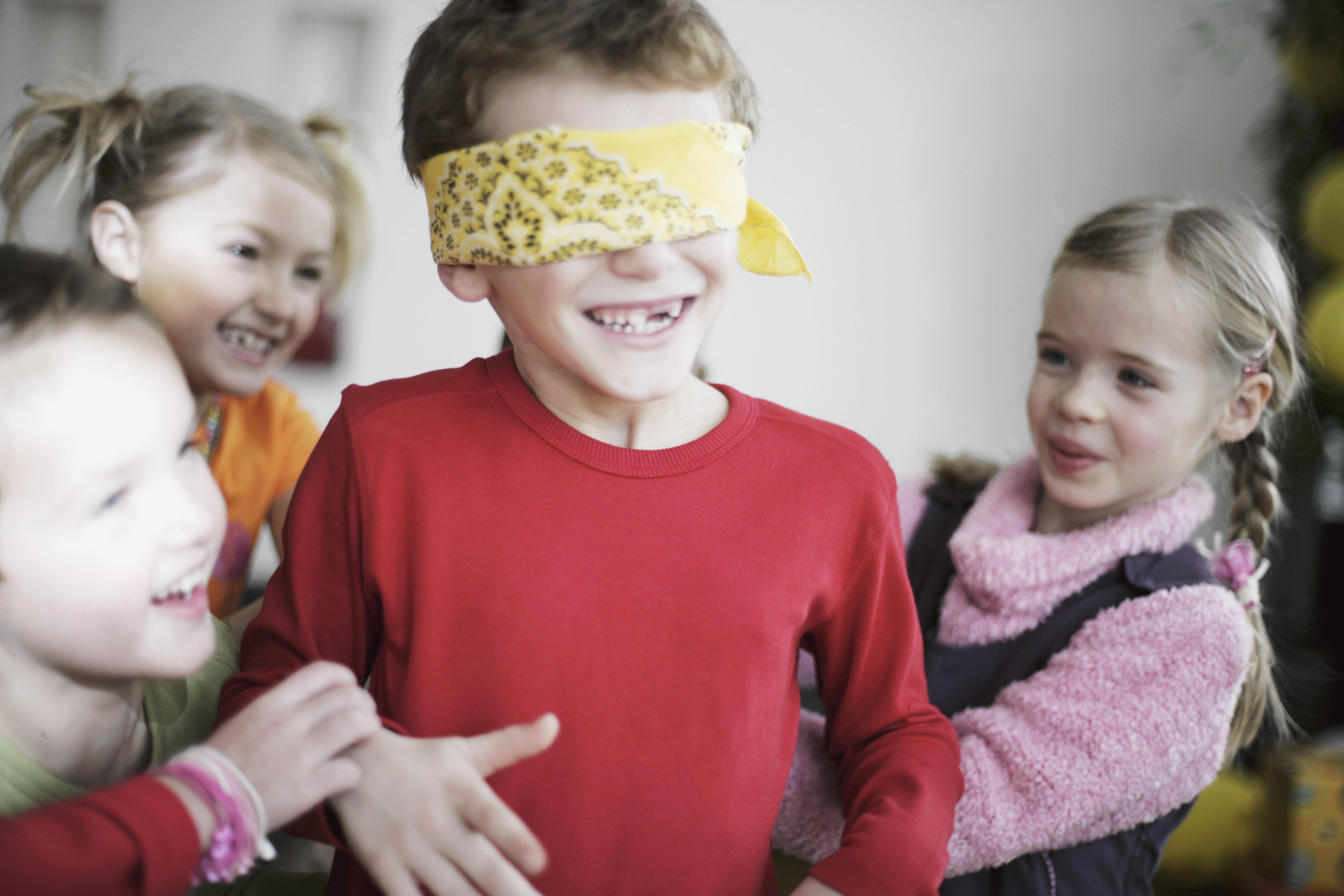Niños jugando juegos de fiesta