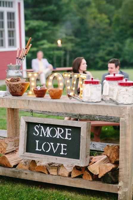 Estación de S'more en una boda de otoño
