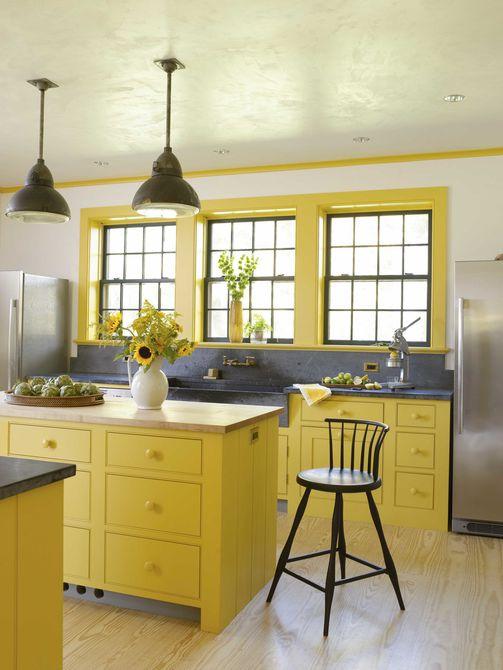 cocina de color amarillo con encimeras de esteatita y bloque de carnicero