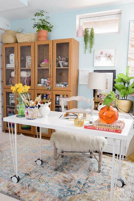 Sala de artesanía y oficina con estantería marrón