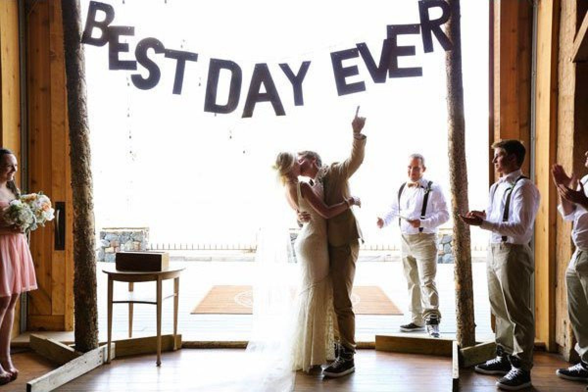 letrero del mejor día en una boda