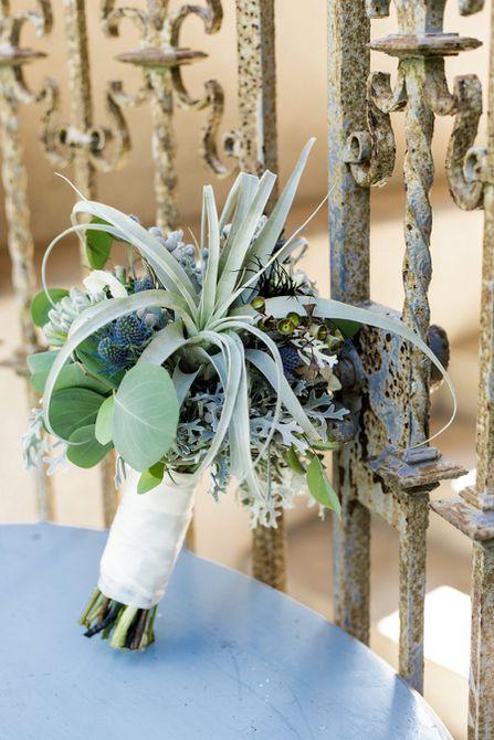 Bouquet de bodas de verano Cardo y planta de aire