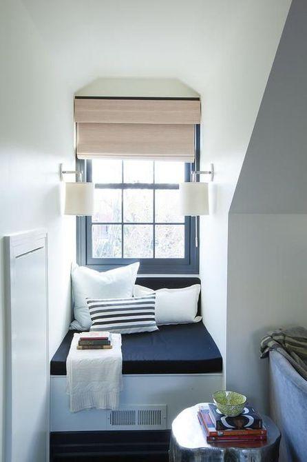 asiento de ventana pequeño en el dormitorio