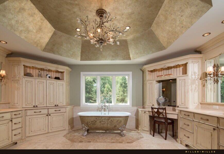 baño principal de techo abovedado