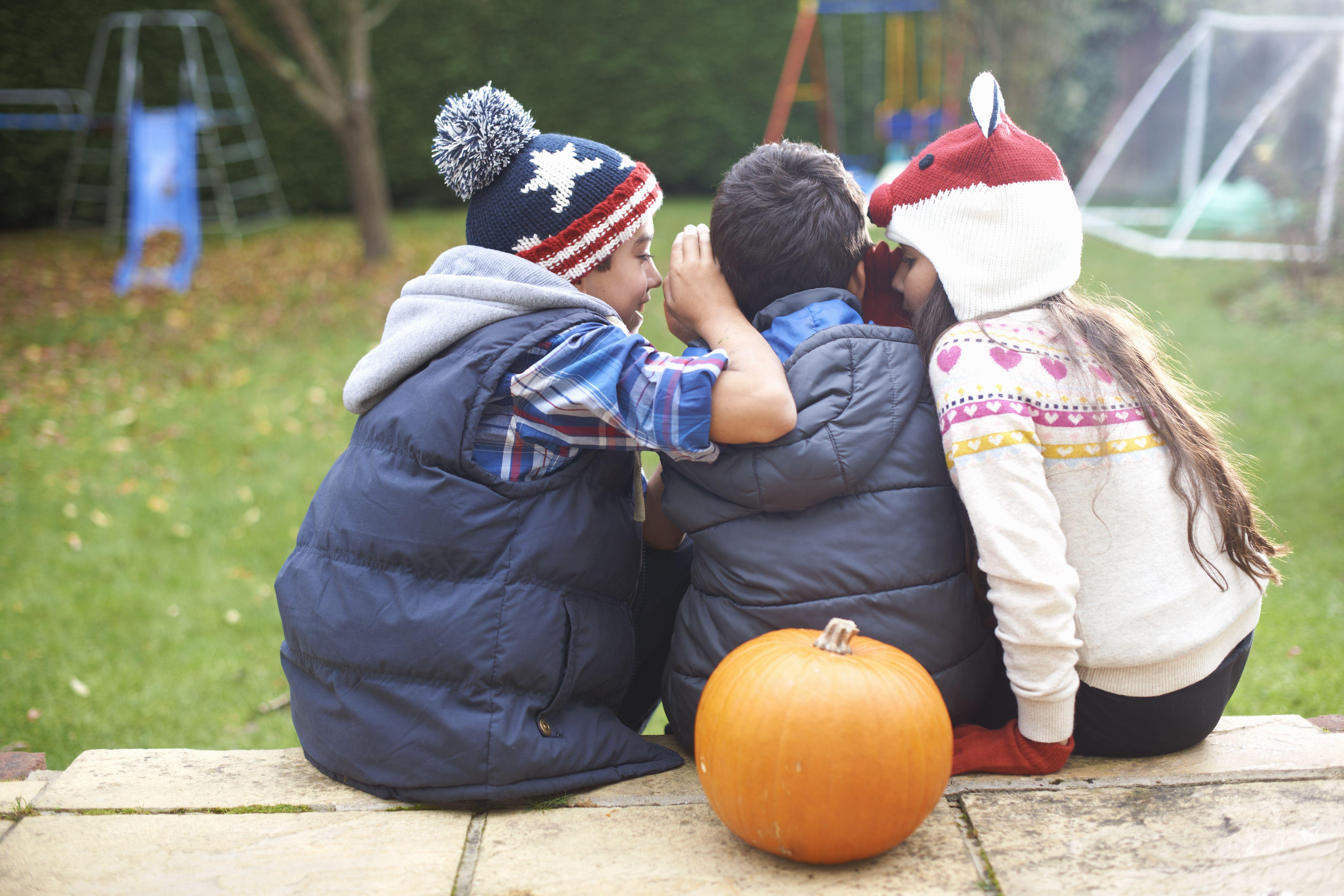 Hermanos sentados en los escalones del jardín