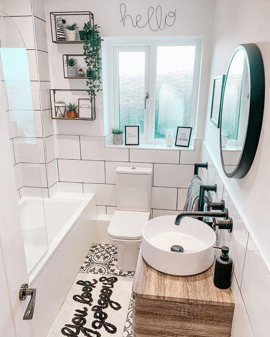 Baño pequeño con azulejos grandes