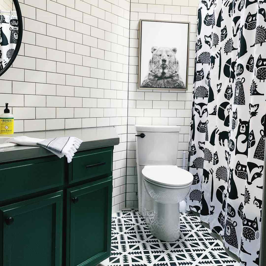 Baño infantil temático de bosques con gráficos en blanco y negro estampados y patrones