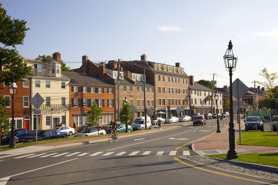 Calzada, farolas y calle principal de la pequeña ciudad