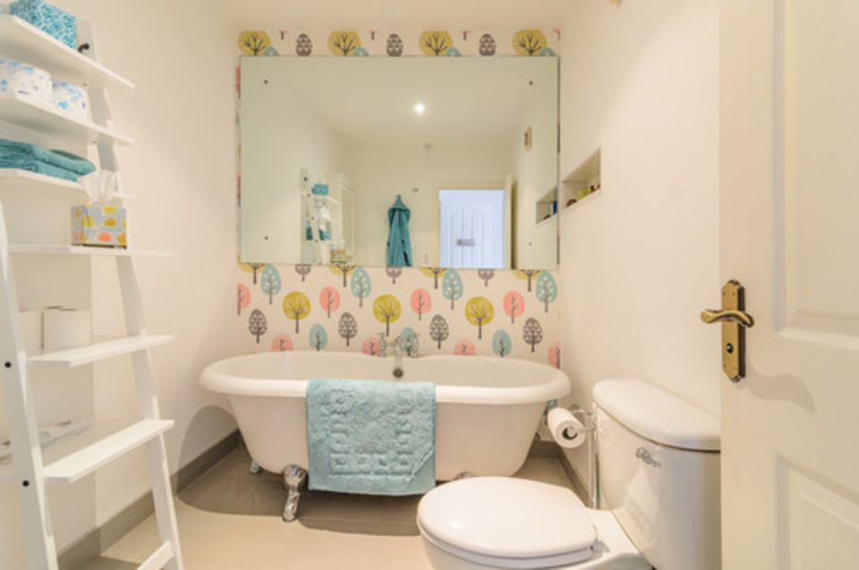 20 Beautiful Wallpapered Bathrooms Images, Photos, Reviews