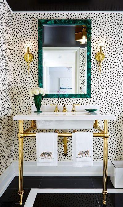 Baño tapizado con estampado de leopardo blanco y marrón