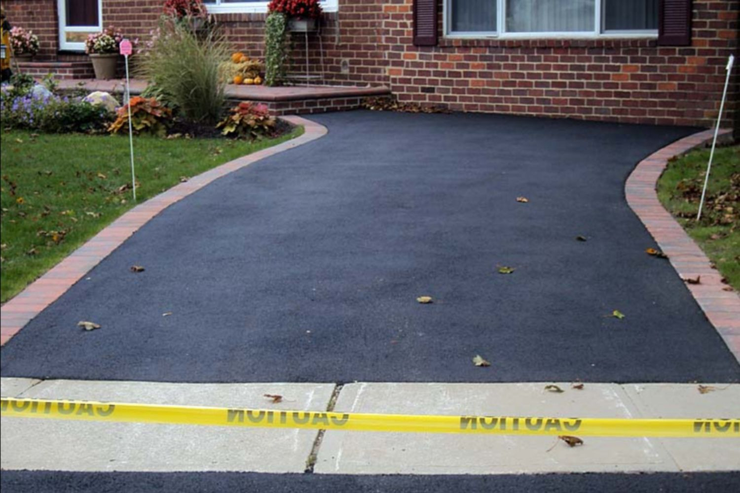 A guide to asphalt driveways for New driveway ideas