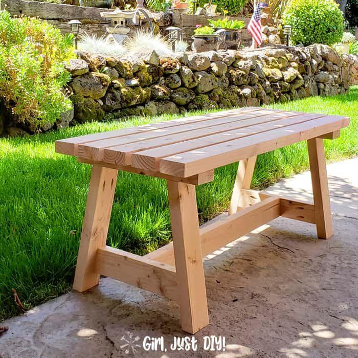 Un banco de madera sentado afuera