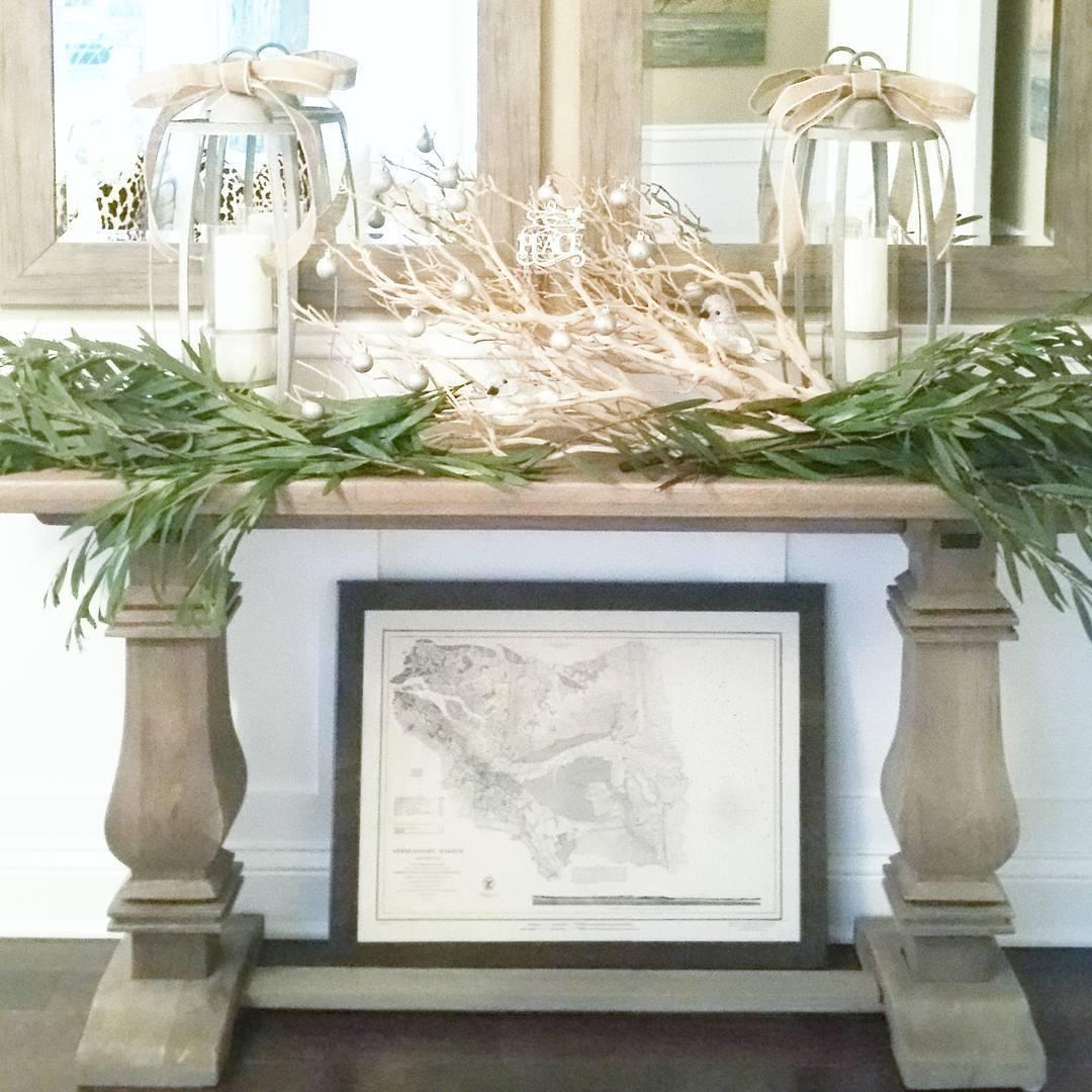 Mesa consola decorada con hojas de bambú