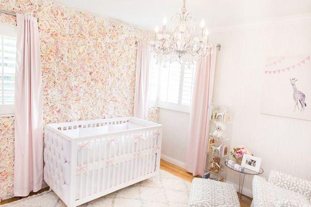 Vivero rosa y blanco con una impresionante pared de seda rosa