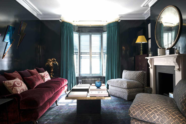 Sala de estar azul marino y roja