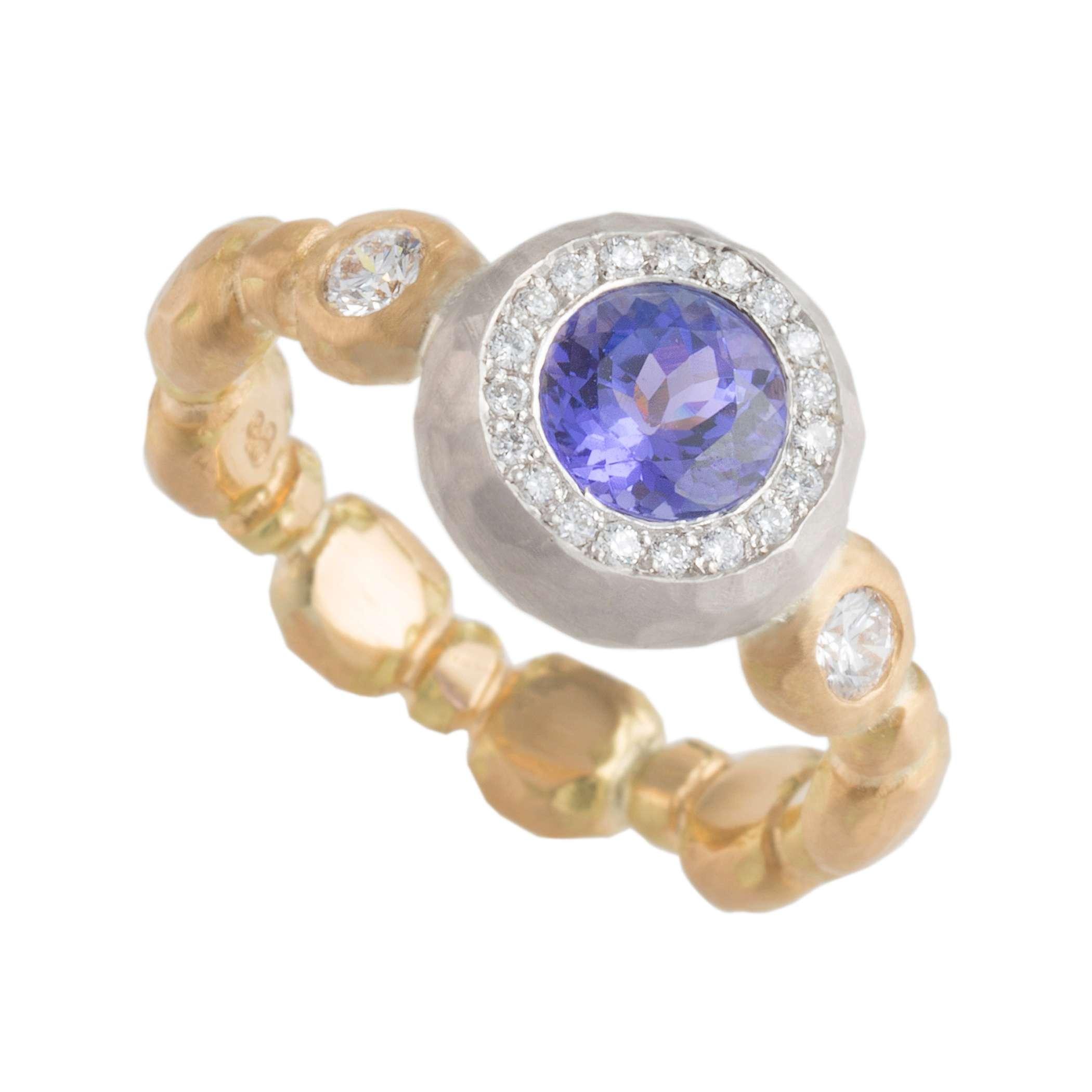 anillo de compromiso de aguamarina de Samantha Louise Design; y anillo de bodas de diamante negro
