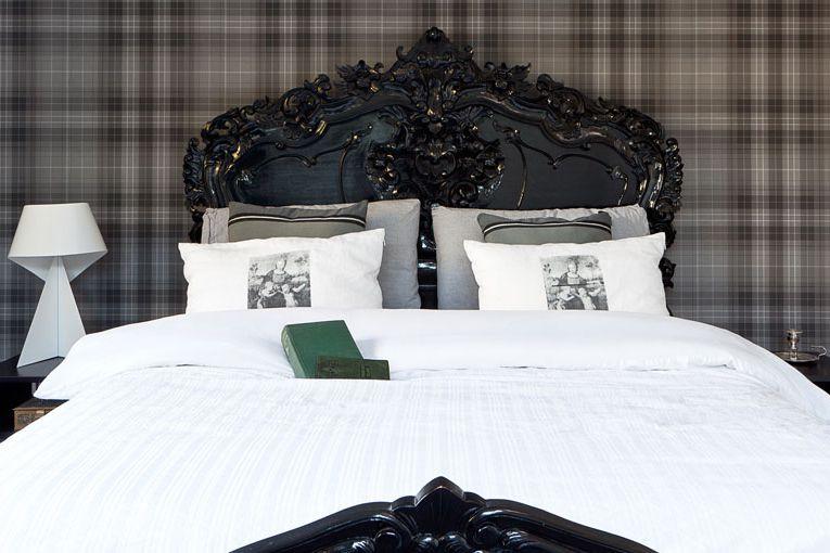 dormitorio con paredes de cuadros negros