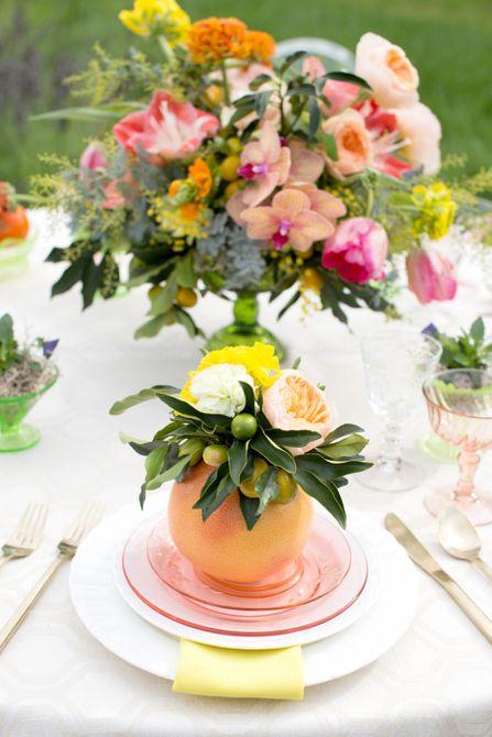 Una naranja con flores adentro