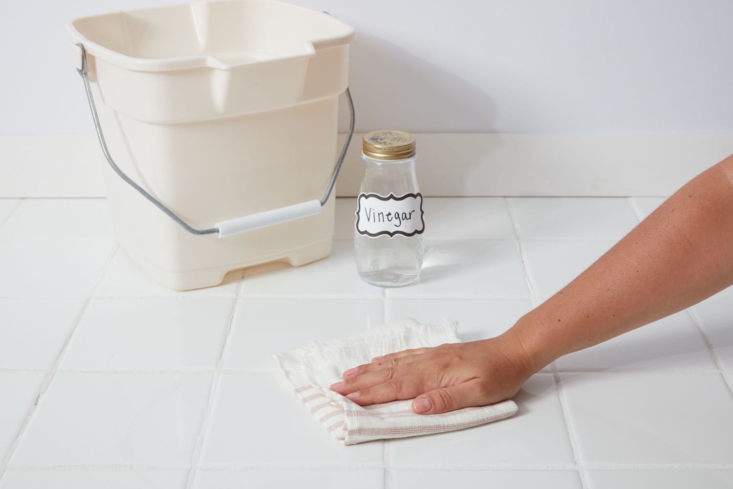Cleaning tile floor with vinegar solution
