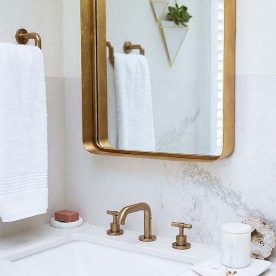 accesorios de oro en un baño