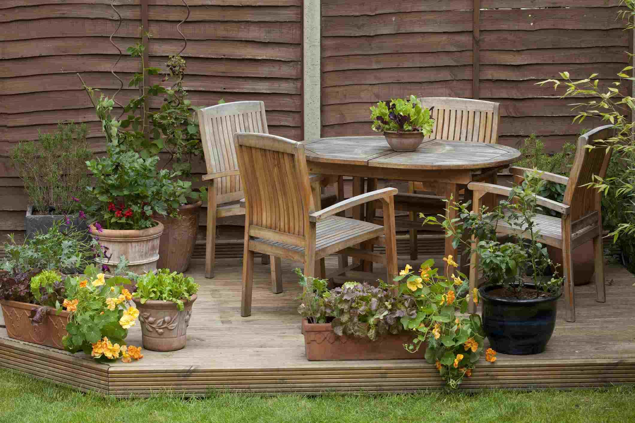 Cubierta flotante con mesa, sillas y cerca de privacidad