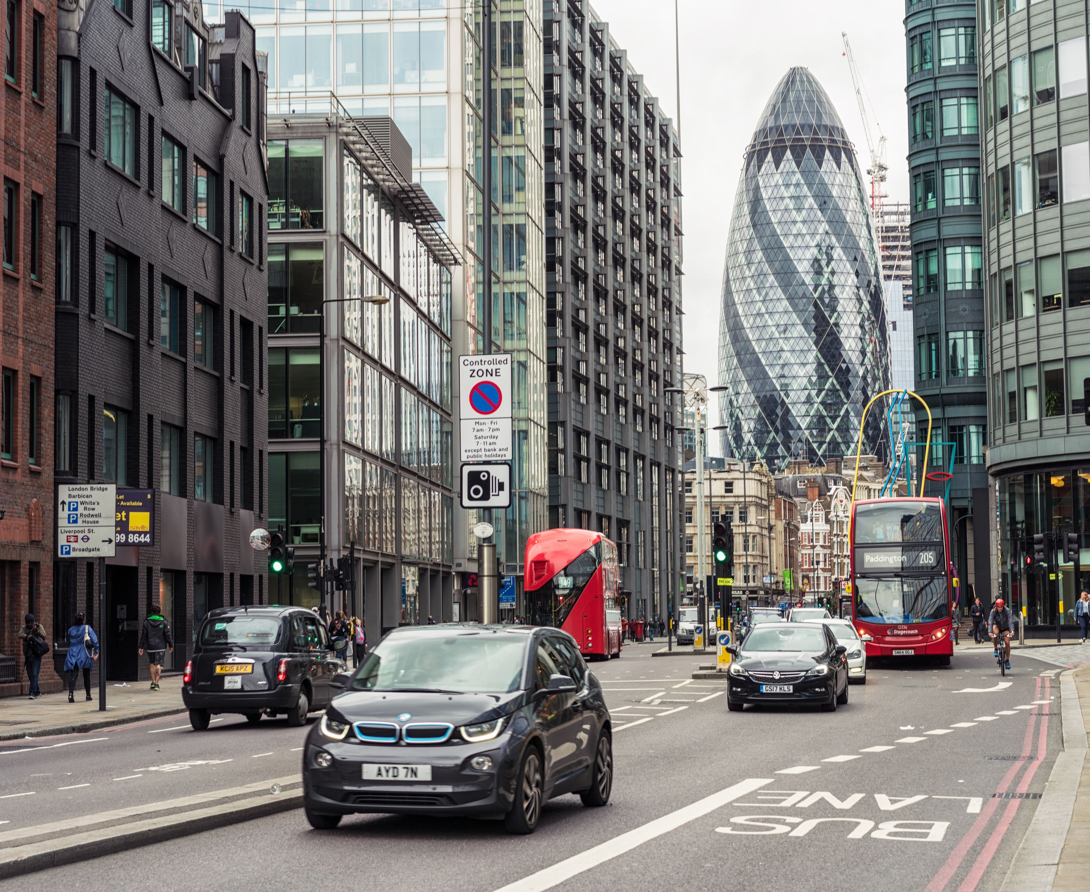 Tráfico moderno en el centro de Londres