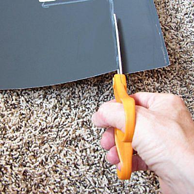 Una imagen de tijeras cortando cartulina