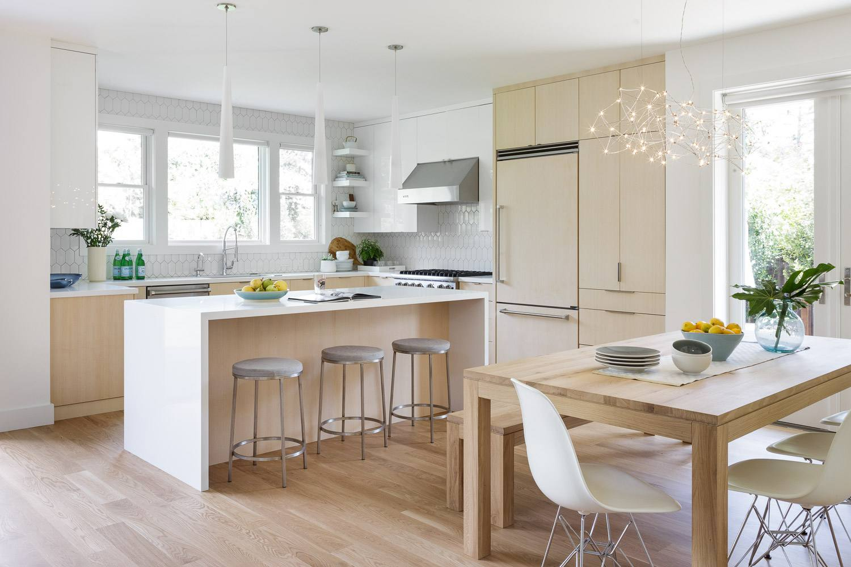 cocina de madera blanca y natural