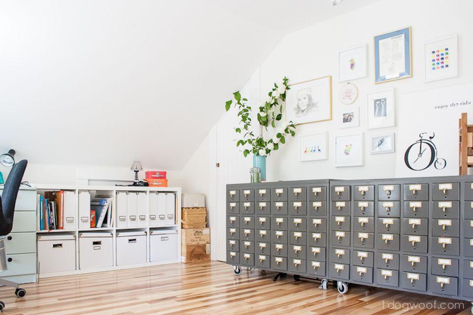 Sala de artesanía vintage con mucho espacio de almacenamiento y arte de pared