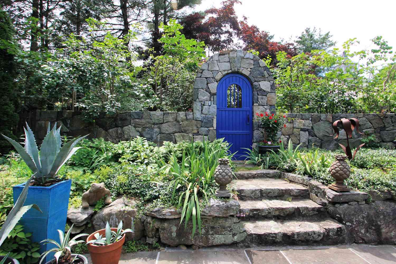 puerta de jardín azul