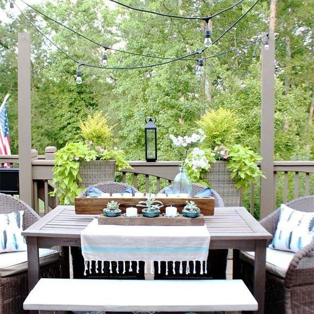 Una mesa y sillas al aire libre