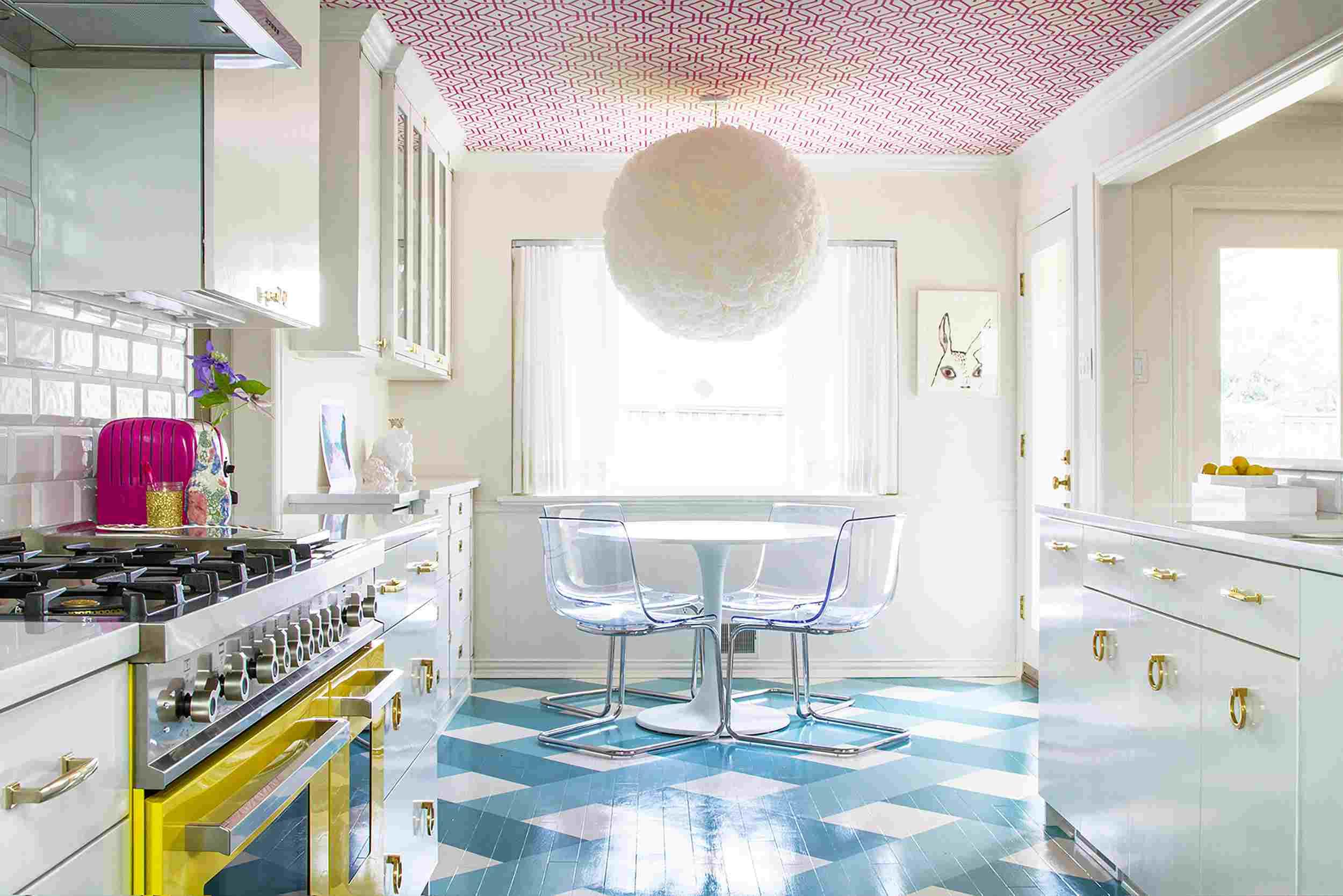 techo de papel tapiz en una cocina con azulejos y electrodomésticos vibrantes