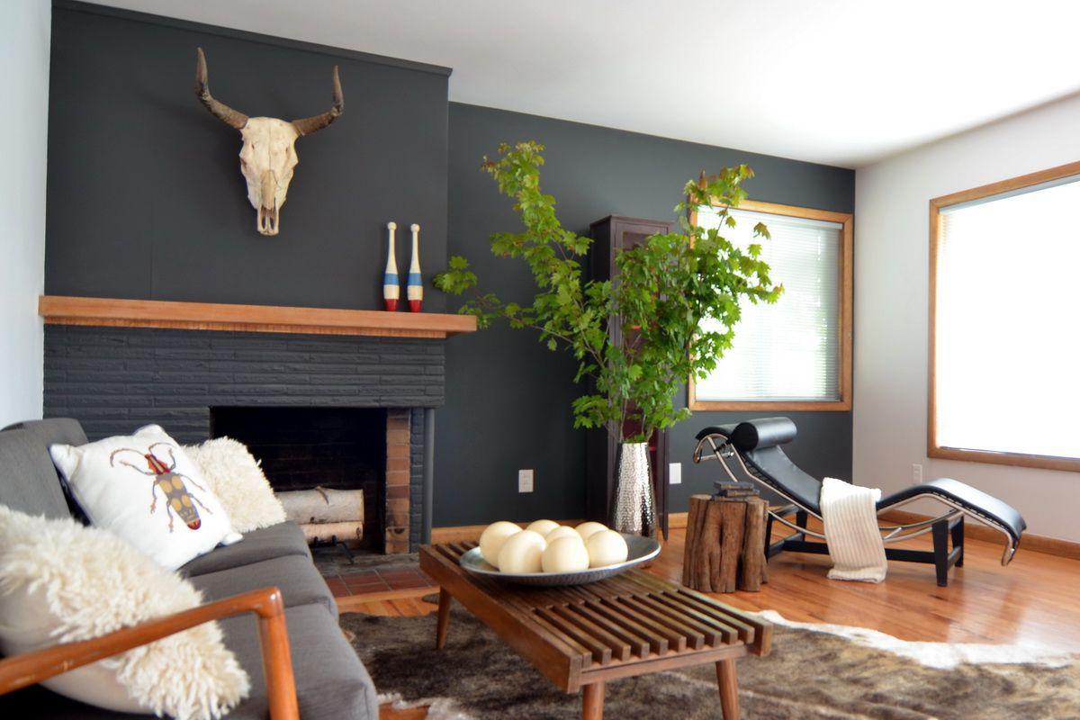chimenea de ladrillo negro, repisa de madera