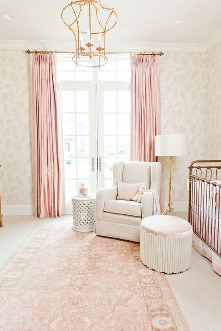 Vivero rosa y dorado con papel tapiz y acentos florales desteñidos