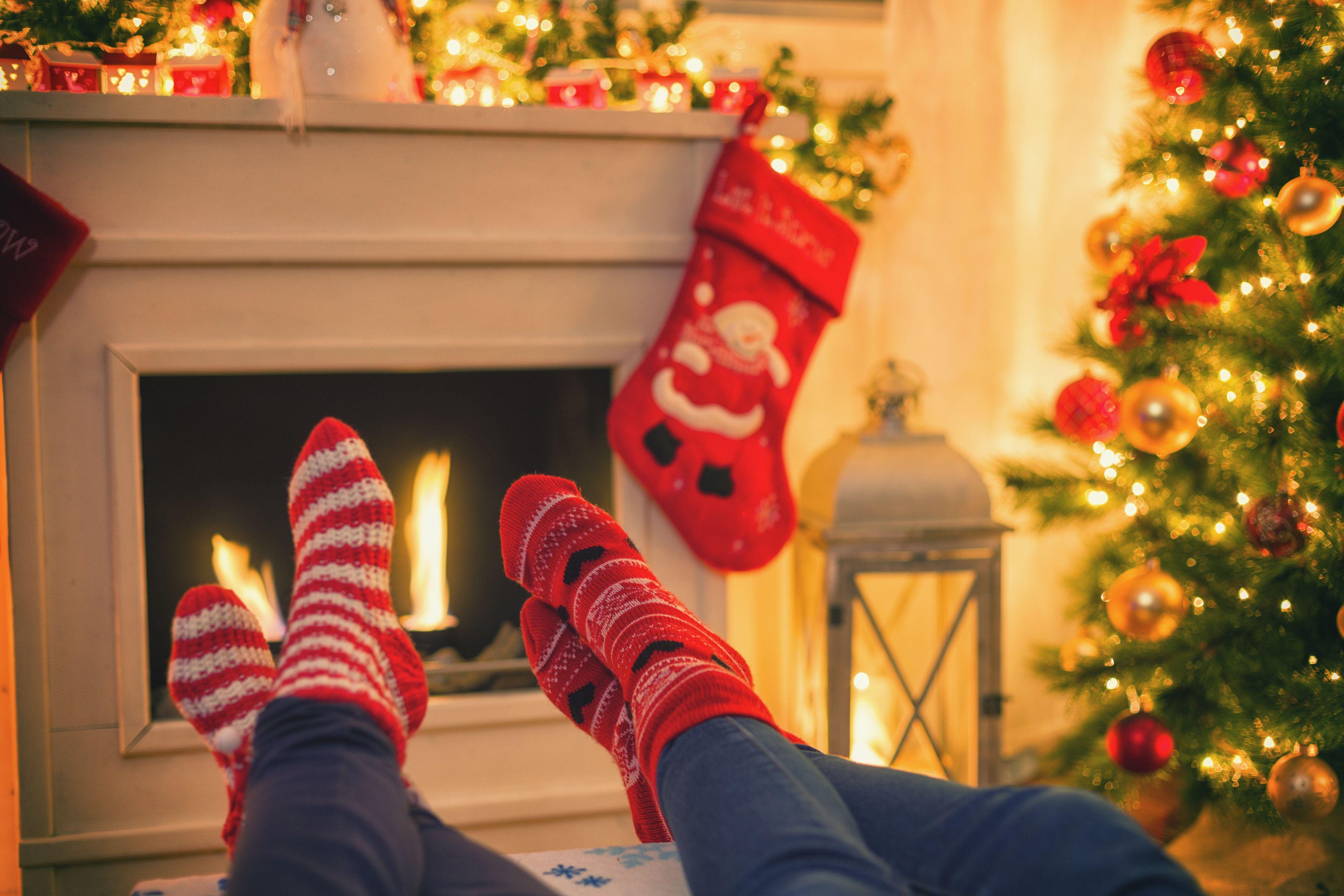 Calentando y relajándose cerca de la chimenea para La Navidad