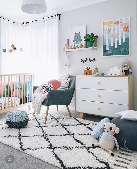 Habitación infantil neutral con estilo nórdico y muchos juguetes.