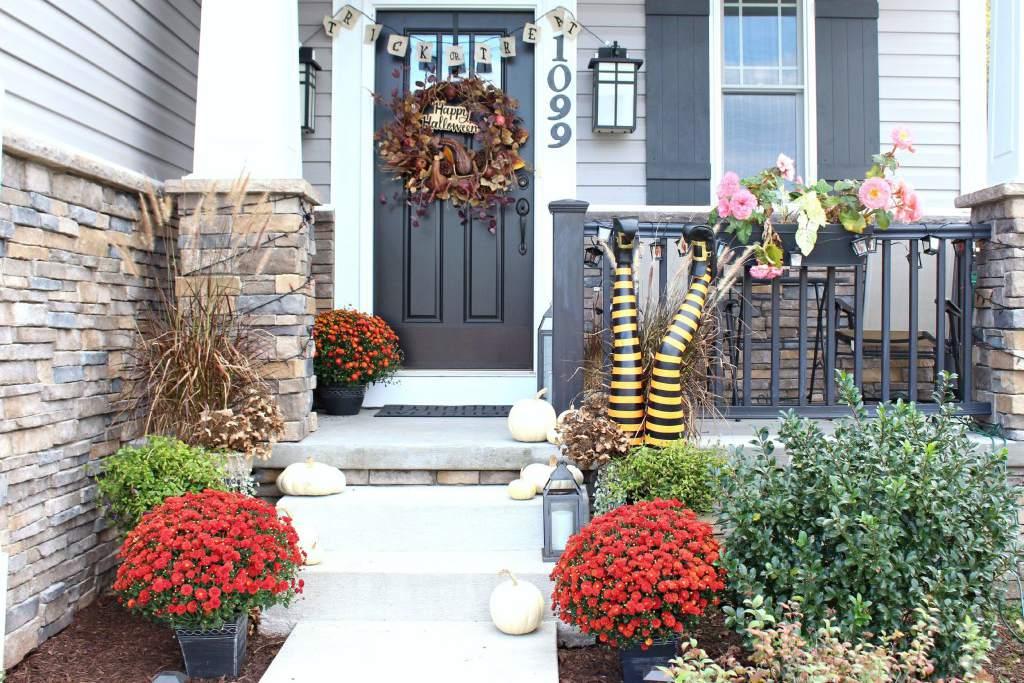 Porche frontal de flores de otoño de Halloween