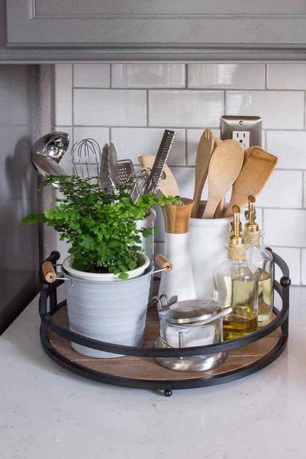 bandeja con aceite de oliva y utensilios