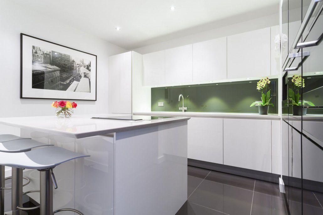 cocina náutica con gabinetes blancos y pisos de solapa