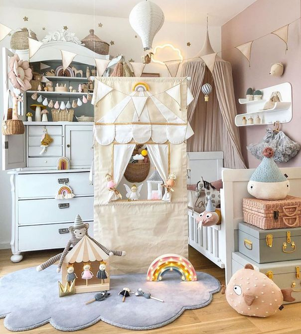 Habitación infantil con carpas y maletas